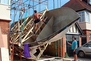 Отец с сыном построили во дворе дома яхту